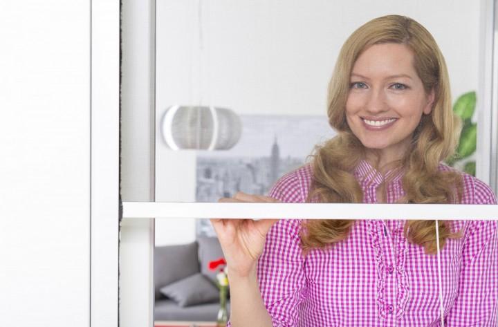 Insektenschutzrollo Fenster Smart halb geöffnet