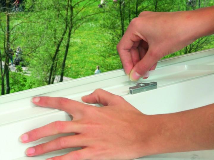 Pollenschutzvlies für Fenster mit Klettband Klettband anbringen